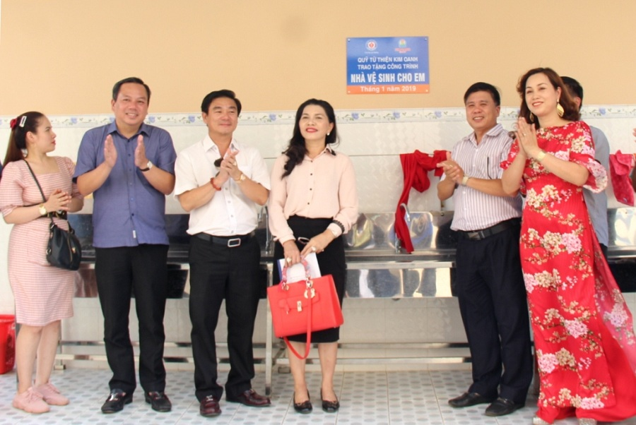 Bàn giao công trình Nhà vệ sinh học đường ở Đắk Lắk